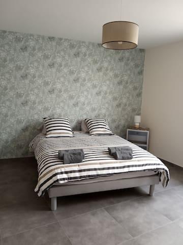 Grande chambre avec lit Queen size