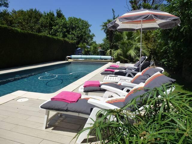 Grande maison avec piscine et une ou deux chambres à votre disposition.