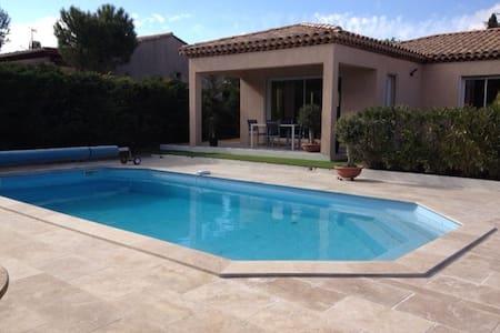 Villa avec piscine et terrasse exposée pleins sud.