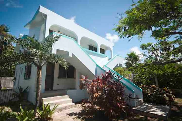ADORABLE 1-BEDROOM APARTMENT. WALK TO THE BEACH!