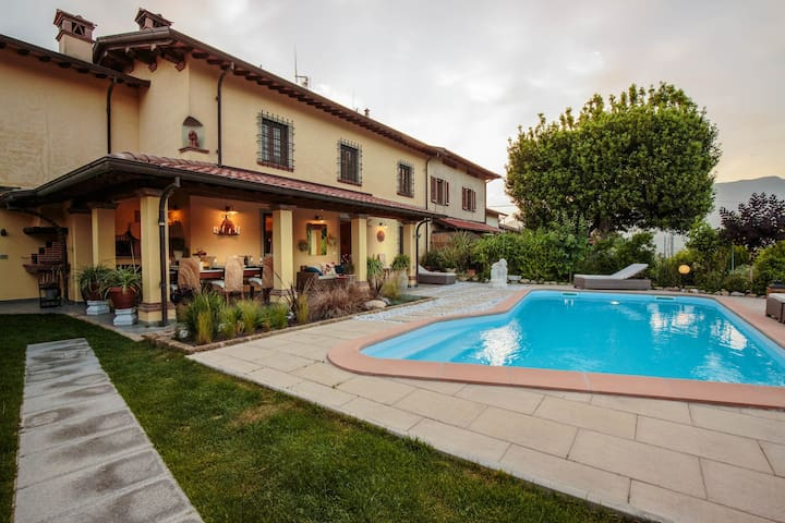 VILLA BEN, a Stylish Farmhouse with Private Pool and Amazing Views in Camaiore