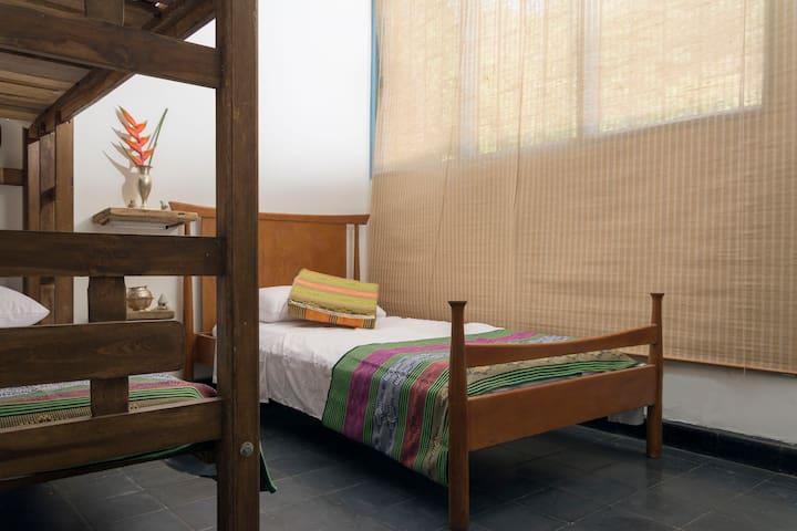 HABITACIÓN TRIPLE Capacidad para 3 personas en camas individuales. No tiene aire acondicionado. Tiene ventiladores. Baño compartido.