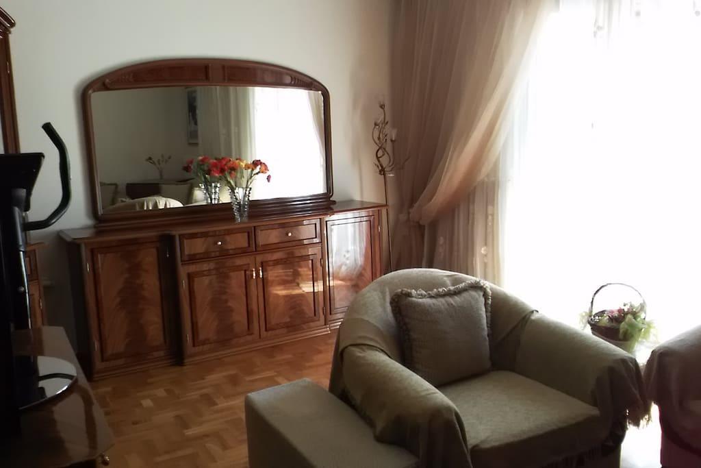 Μονοθέσιος καναπές και μπουφές