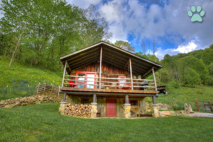 Momma Bear Cabin-Nestled amongst Three Bears; awesome views & privacy!