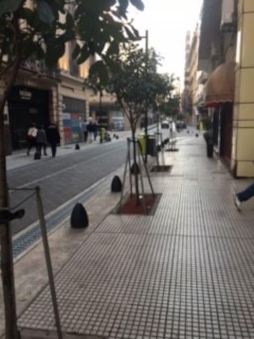calle M. t. de Alvear y Esmeralda zona Retiro Recoleta Cancillería. a 2 cuadras de av. 9 de Julio a 4 cuadras de Teatro Colón, a 6 cuadras del Obelisco, calle Corrientes cines y teatros