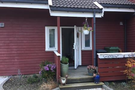 Flott og lettstelt leilighet - Sola - Apartment