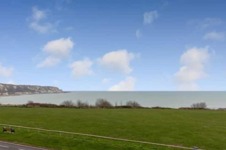 Folkestone, sea view 2 bed apartment with parking.