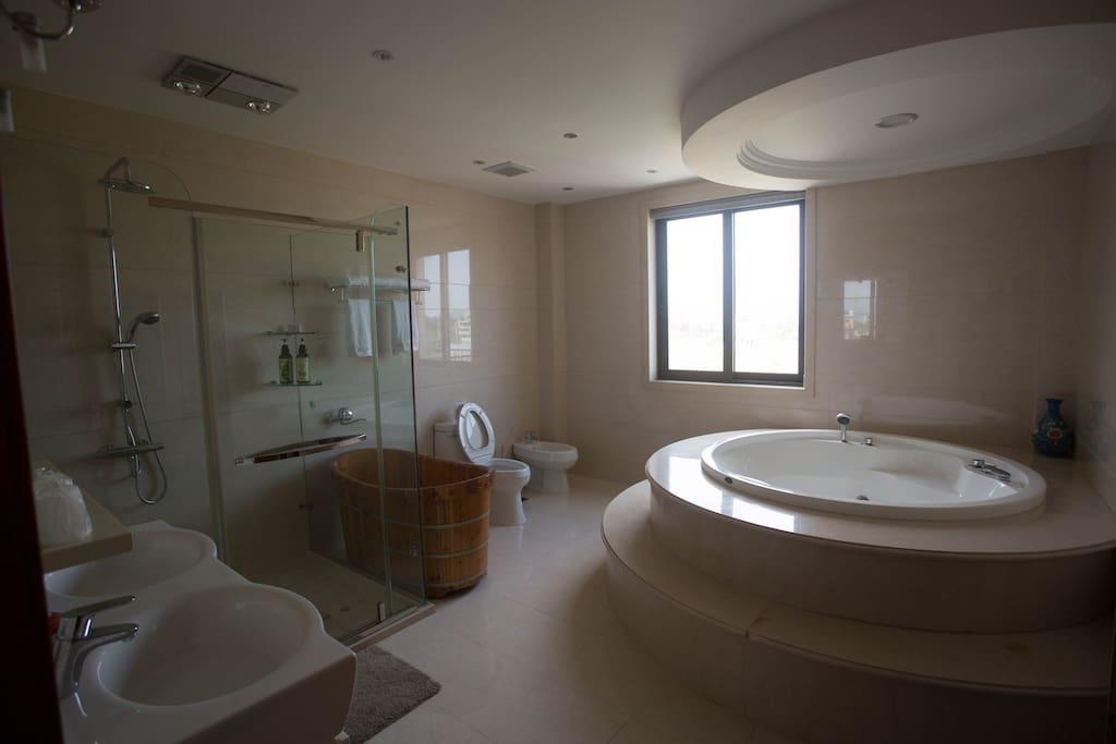 主卧卫生间带按摩浴缸
