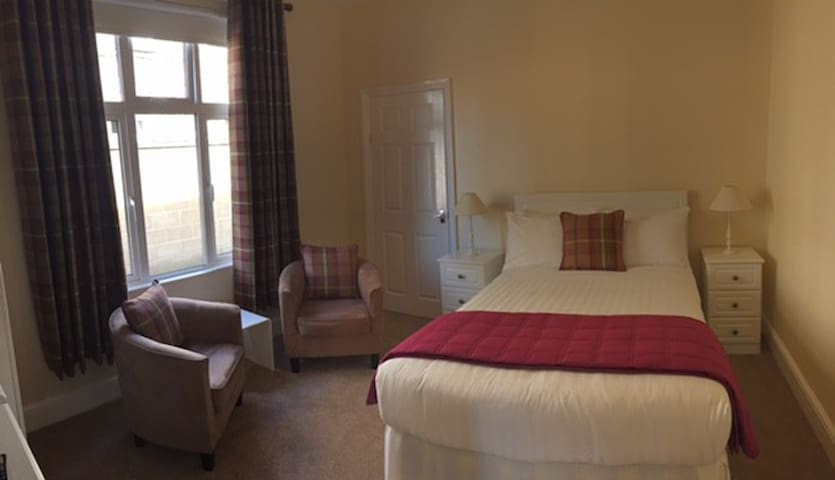 The Old Bungalow B&B. Room 5 Double - Cirencester - Bed & Breakfast