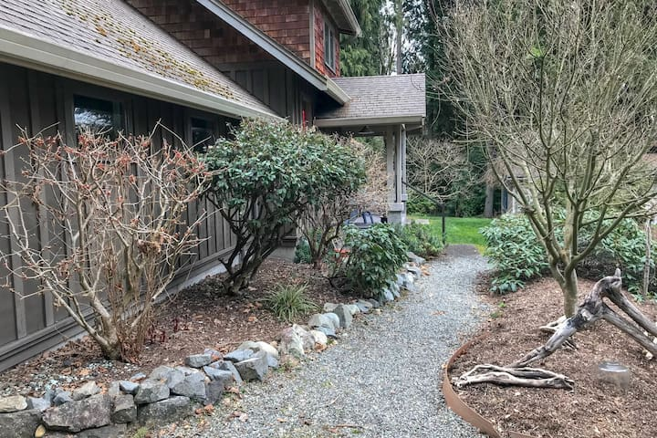 Home near beach front, w/ firepit, fireplace, & outdoor dining!