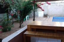 Quintal com área de lazer e piscina