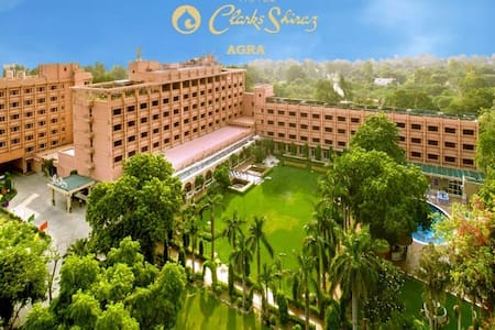 Hotel Clarks Shiraz Five Star with Low Prize - Agra - Heritage hotel (India)