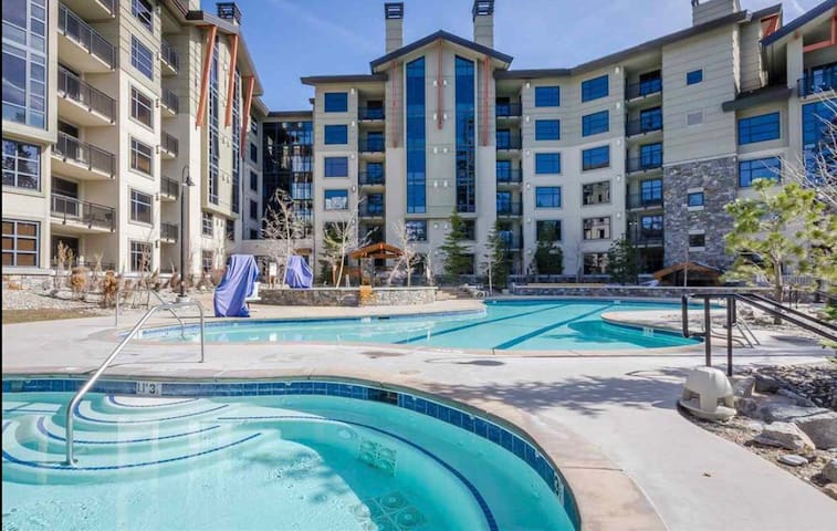The Monache at The Village 1BD/1BA, Dog Friendly