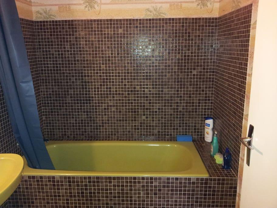 Salle de bains avec baignoire privée