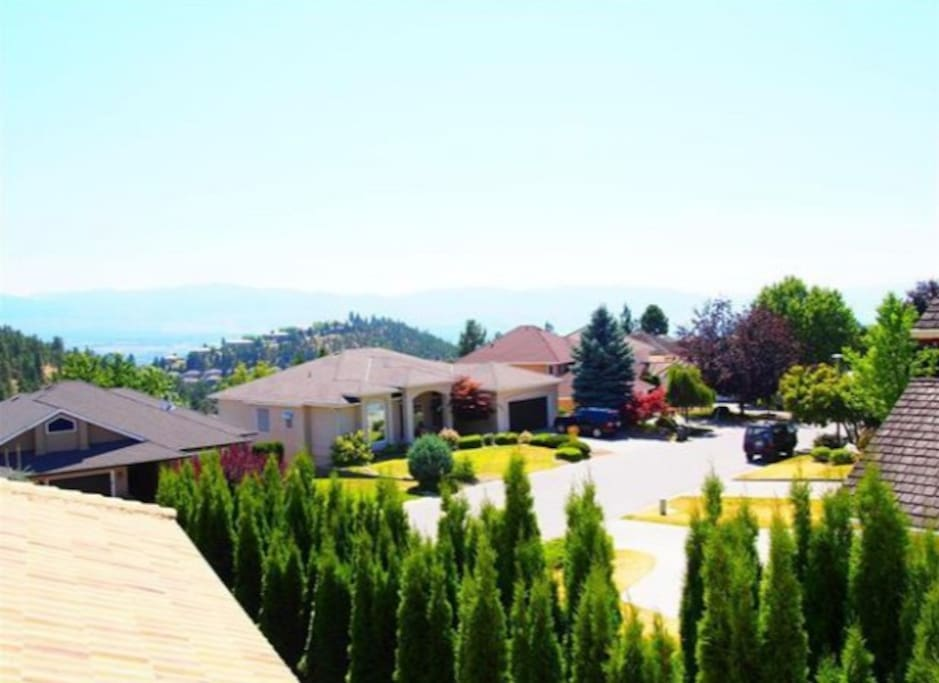 Extraordinary location, very quiet neighbourhood, and mountain view.