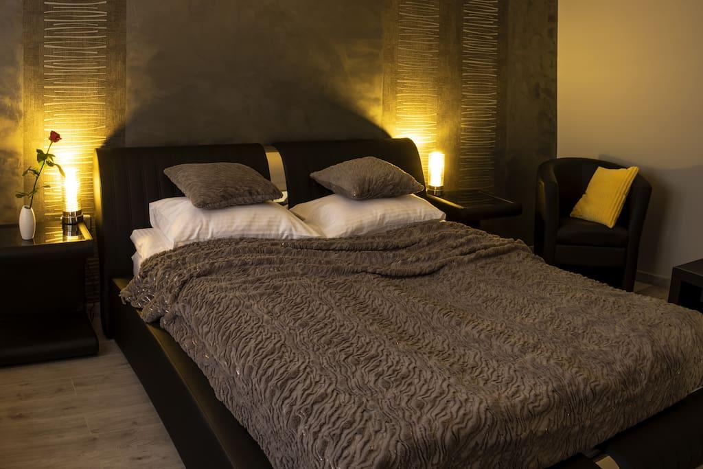 Sypialnia, wygodne łóżko z grubym materacem 160x200 cm