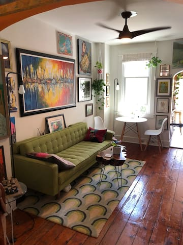 Luxurious Art and Garden Retreat Close to Downtown