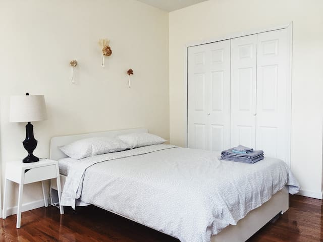 Large Private Room - Times Square just 30mins away