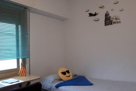 Habitación luminosa en piso de 3 habitaciones