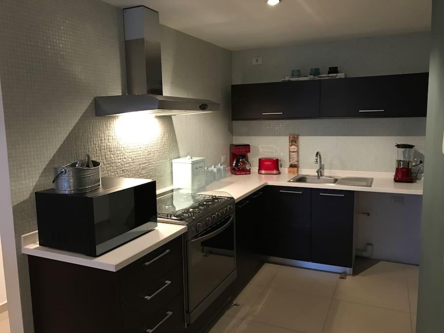 Cosina completamente equipada, microondas, cafetera, tostador, licuadora, estufa, horno, refrigerador etc.