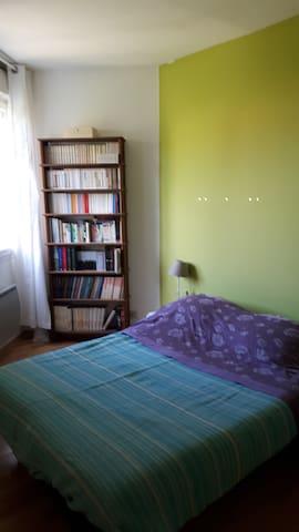 Chambre calme dans maison avec jardin.