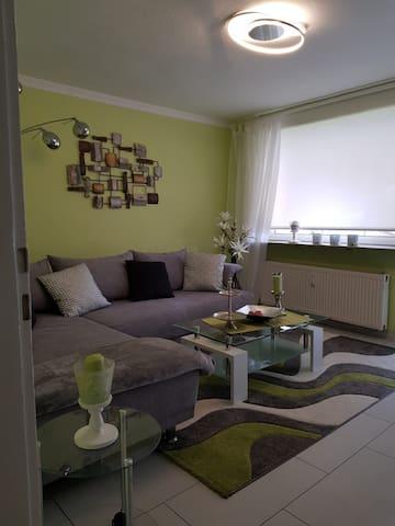 Gemütliches Wohnzimmer mit komfortabler Couchlandschaft