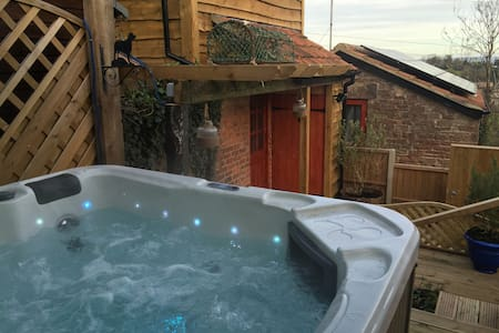 Orchard Hillside Cottage & Jacuzzi - Gloucestershire - Ev