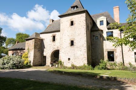 Manoir, cottage et piscine intérieure chauffée