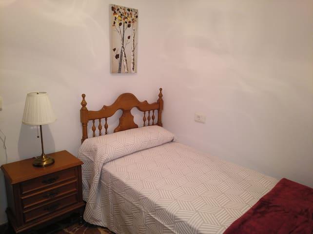 Habitación 4. Cama de 90 cm, mesilla con lámpara y armario.
