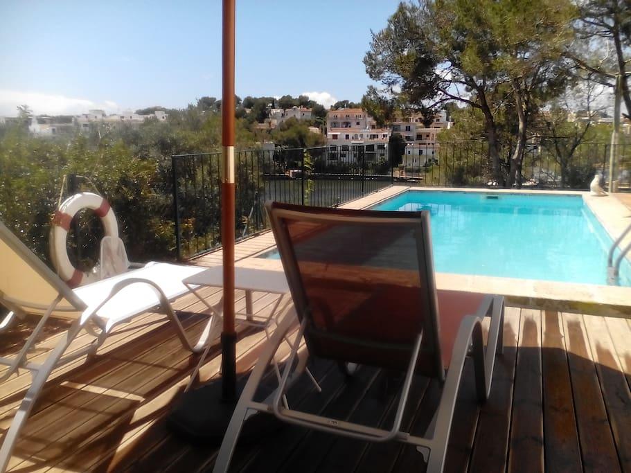 A 50 metros del mar en portopetro piscina jard n for Piscina 50 metros barcelona