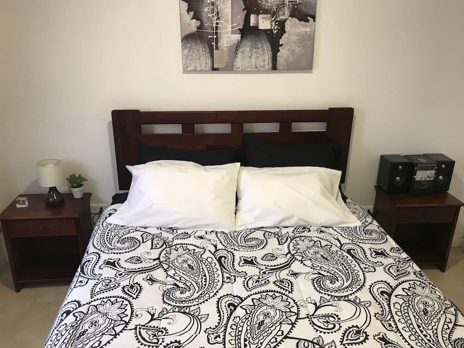Camas matrimoniales  4 almohadas 2 veladores Tv cable  Equipo de audio Ventilador   1 sofá cama Calefactor  Plancha