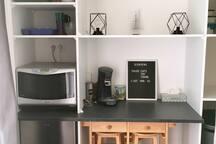 Four combiné micro-onde et four chaleur tournante Bouilloire Cafetière traditionnelle  Cafetière senseo Assiettes, couverts, verres, bols, tasse, mugs  Desserte avec rallonge + 2 tabourets  Frigo / congélateur