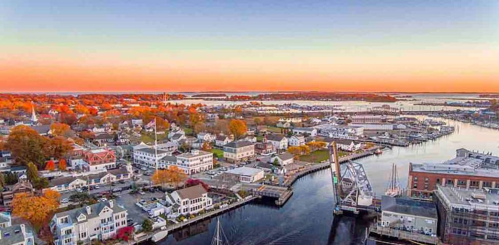 2BR - Artist Apartment in Downtown Mystic Seaport