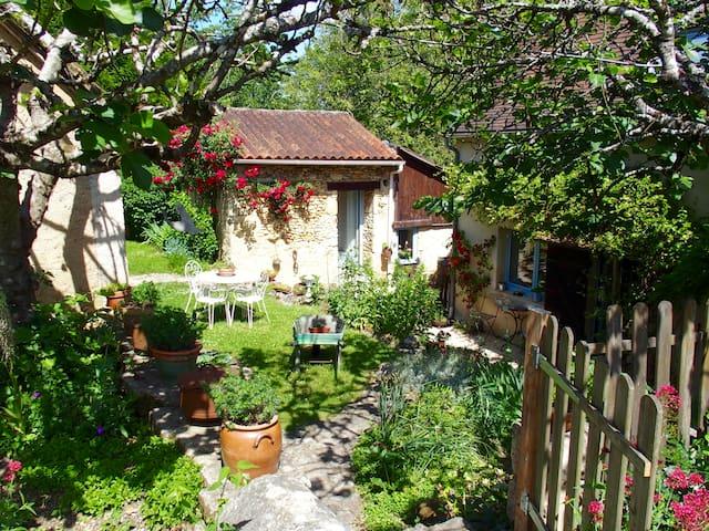 Gite au calme, terrasse couverte, piscine commune