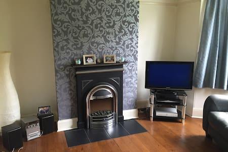 North Leeds home with single room . - Leeds