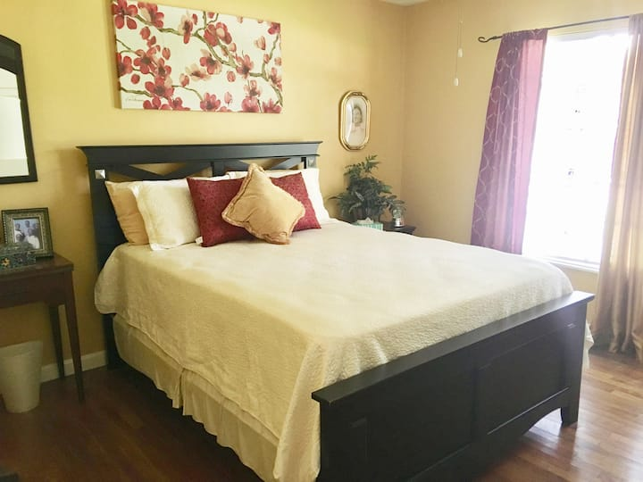 Comfy Bedroom & Relaxing Deck in Historic District