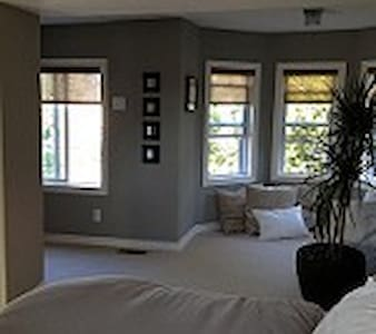 Airy master bedroom and ensuite powder room - Ottawa