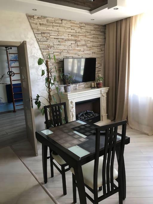 стол + телевизор