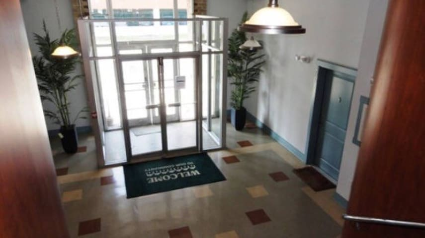 Industrial Studio (Private Space) - Newport News - Apartemen