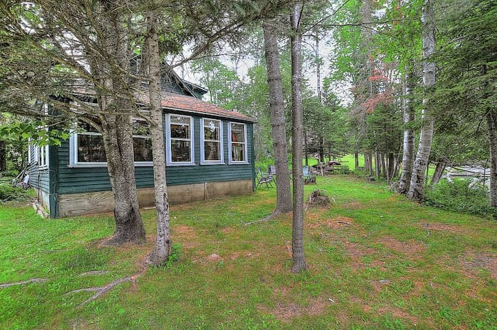 Adorable Cabin right in the heart of Oquossoc