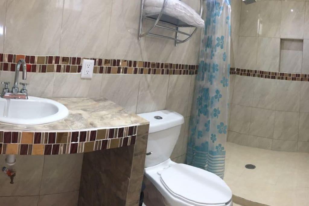 Vista del baño privado, muy buenos acabados, agua caliente.