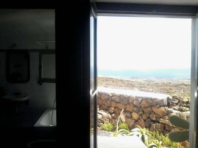 Mirando al Mar / Looking at the sea - Haría - Byt