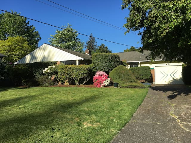 Entire Edmonds Single Family Home with Garage