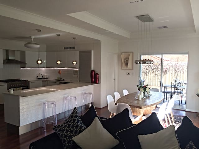 5 Star Comfort at New Listing Price! - Scarborough - Bed & Breakfast