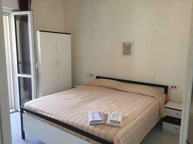 Camera da letto patronale con balcone
