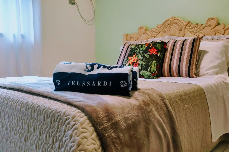 Quarto com enxoval de algodão egípcio e coleção especial de praia da Trussardi. *** Bedroom with Egyptian cotton trousseau and Trussardi's Beach Collection.