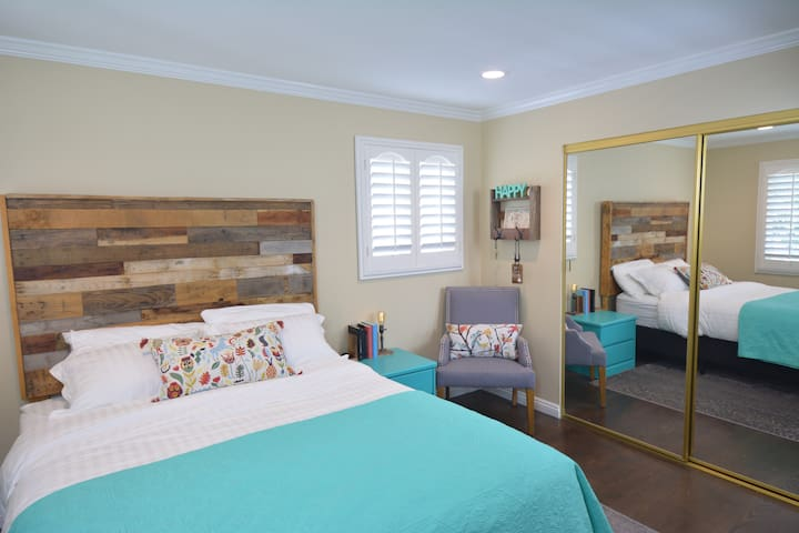Spacious BR with PARKING, Queen Bed, & Bath Room