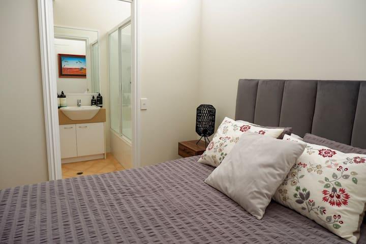 Cosy Queen bedroom in the heart of New Farm