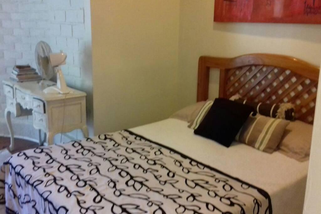 Cama de 2 plazas nueva y muy cómoda ( se incluye ropa de cama y almohadas)