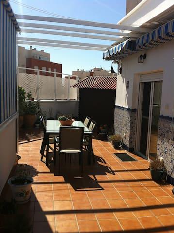 Ático muy acogedor con una esplendida terraza - Almería - Apartment
